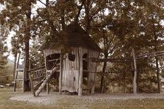 Maison en bois sur le terrain de jeu du ` s d'enfants en été photos libres de droits