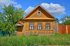 Maison en bois sur rue de Maxim Gor la ' KY dans la ville de Torzhok Photo libre de droits