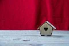 Maison en bois sur un fond rouge photographie stock