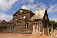 Maison en bois traditionnelle dans la ville de Liepaja, Lettonie images stock
