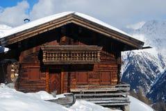 Maison en bois traditionnelle du Tirol en montagnes Photographie stock libre de droits