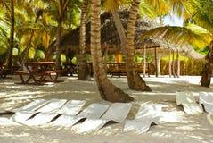Maison en bois, une table, bancs sur le sable image libre de droits
