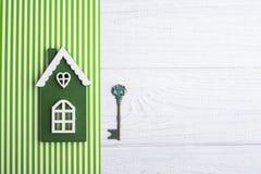 Maison en bois verte et clé Image stock