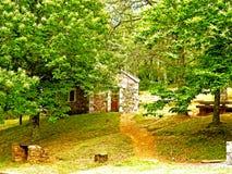Maison en pierre dans la forêt photos stock