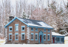 Maison en pierre en hiver Photos stock