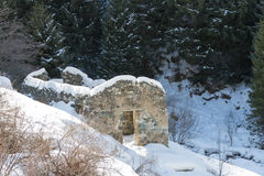 Maison en pierre ruinée dans les montagnes Photographie stock libre de droits