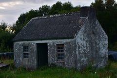 Maison en pierre superficielle par les agents la nuit Photos stock
