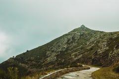 Maison en pierre sur une crête de montagne photo libre de droits