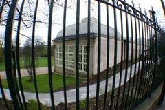 Maison en verre derrière des bars images libres de droits
