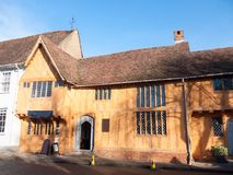 Maison ensoleillée Lavenham de cottage de manoir de vieil hiver anglais vieille photos stock