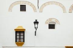 Maison espagnole typique avec les fenêtres antiques et l'Andalou idilic Photo stock