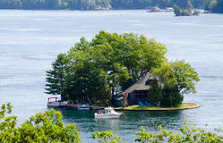 Maison et bateau d'été sur une île Photos stock