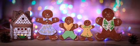 Maison et bonhommes en pain d'épice de pain d'épice sur un fond de fête Photos libres de droits