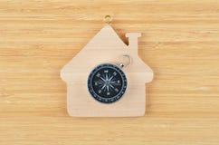 Maison et boussole en bois de jouet photo libre de droits