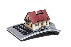 Maison et calculatrice modèles Photographie stock