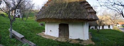 Maison et cave de pressoir avec le toit couvert de chaume images libres de droits