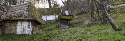 Maison et cave de pressoir avec le toit couvert de chaume photos libres de droits