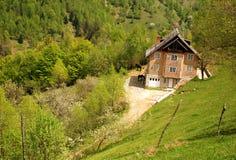 Maison et chevaux traditionnels sur une côte Photo stock