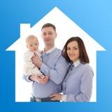 Maison et concept de la famille - père, mère et fils dans la maison bleue Photographie stock