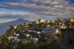Maison et hôtel de résidence dans le mediterranea de vue de côté de route de Sorrente photographie stock libre de droits