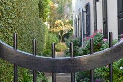 Maison et jardin du sud avec la porte Photographie stock libre de droits