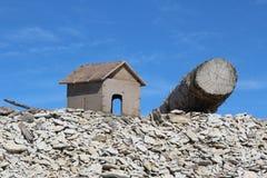 Maison et log en bois image stock