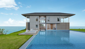 Maison et piscine de plage avec la vue de mer dans la conception moderne photos stock
