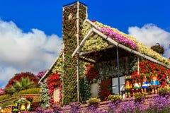 Maison et poupées florales sur le banc Photos stock