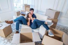 Maison et réparation mobiles d'une nouvelle vie Le couple dans l'amour tire la chose Photo libre de droits