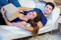 Maison et réparation mobiles d'une nouvelle vie Le couple dans l'amour tire la chose Images stock