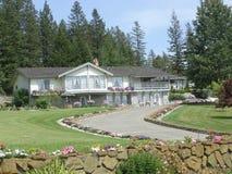 Maison et yard entièrement aménagés en parc Photos libres de droits
