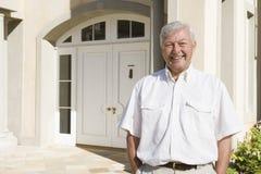 Maison extérieure debout d'homme aîné Photo libre de droits