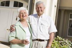 Maison extérieure debout de couples aînés Photos libres de droits