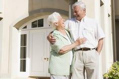 Maison extérieure debout de couples aînés Image libre de droits