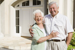 Maison extérieure debout de couples aînés Image stock