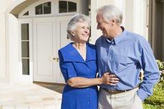 Maison extérieure debout de couples aînés Photo stock