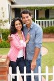 Maison extérieure debout de couples hispaniques Photographie stock libre de droits