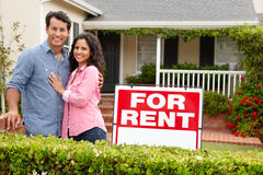 Maison extérieure debout de couples hispaniques pour le loyer photos stock