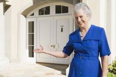 Maison extérieure debout de femme aîné Images libres de droits