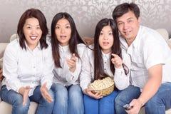 Maison familiale aux films de observation de TV Photos libres de droits
