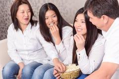 Maison familiale aux films de observation de TV Images stock