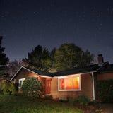 Maison familiale la nuit image libre de droits