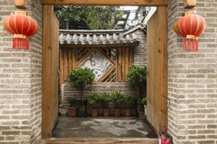 Maison folklorique chinoise avec la porte ouverte Photographie stock
