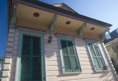 Maison gentille dans la ville la Nouvelle-Orléans photographie stock