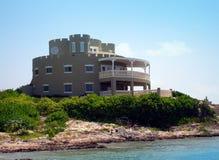 Maison grande de type de château sur le caïman grand Photographie stock