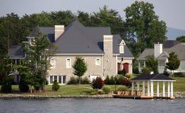 Maison grande le long de l'eau - lac mountain de Smith Images stock