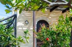 Maison grecque traditionnelle avec le jardin, île de Crète, Grèce photographie stock
