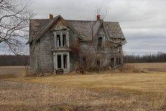 Maison grise d'abandon Photo libre de droits