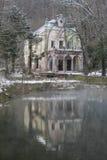 Maison hantée à côté d'un lac Photos libres de droits