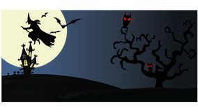 Maison hantée sur le fond de nuit avec la pleine lune photos stock